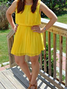 Melissa Mom with Style rocking a Jessica Simpson summer yellow dress