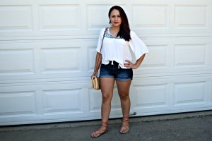Melissa Mom with Style wearing a Forever 21 peasant top, TJ Maxx shorts, Stitch Fix straw hat with JustFab laceup sandals