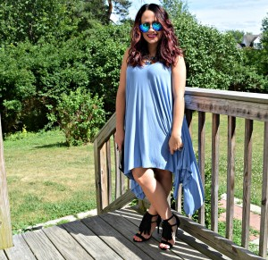 Melissa Mom with Style wearing a Bella V Mobile Boutique blue flowy sundress and JustFab fringe shoes