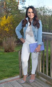 Melissa Mom with Style wearing an white white look with a pop of blue tones
