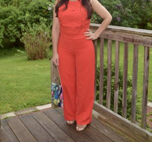 Melissa Mom with Style wearing a pair of wide leg palazzo pants with a floral Bella V Mobile Boutique clutch